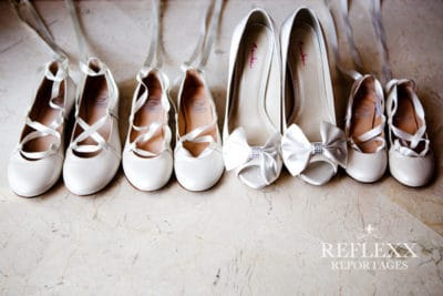 Te lief schoentjes bruidsmeisjes naast de schoenen van de bruid,Huwelijksceremonie in Spanje, Trouwen in Marbella, wedding en planning, weddingplanner, foto Reflexx Reportages