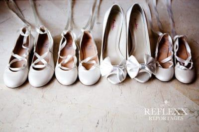 Te lief schoentjes bruidsmeisjes naast de schoenen van de bruid,Huwelijksceremonie in Spanje, Trouwen in Marbella, wedding en planning, weddingplanner, foto Reflexx Reportages