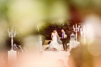 fotocredits Eppel Fotografie , bruid aan de arm van vader de trap af, ceremonie , trouwambtenaar, wedding en planning, Weddingplanner