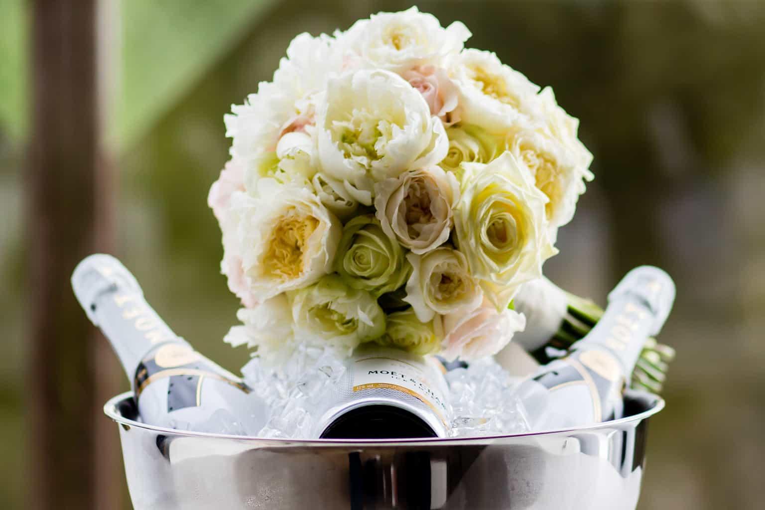 fotocredits Eppel Fotografie, bruidsboeket en champagne, trouwen , bruiloft regelen, wedding en planning, Weddingplanner