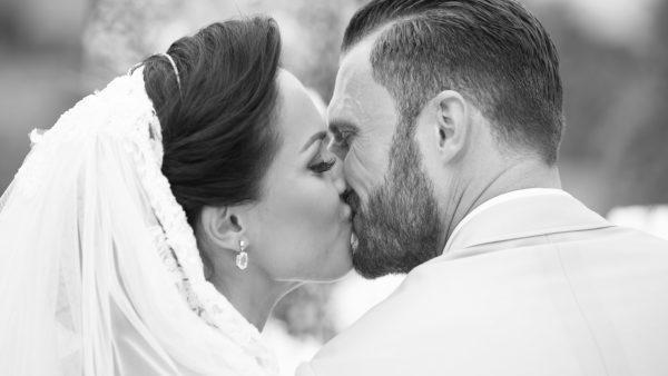 de bruid en bruidegom de kus, Nermina Mekic en Erik Pieters, weddingplanner, wedding en planning, fotocredits BruidBeeld, trouwen, bruiloft regelen