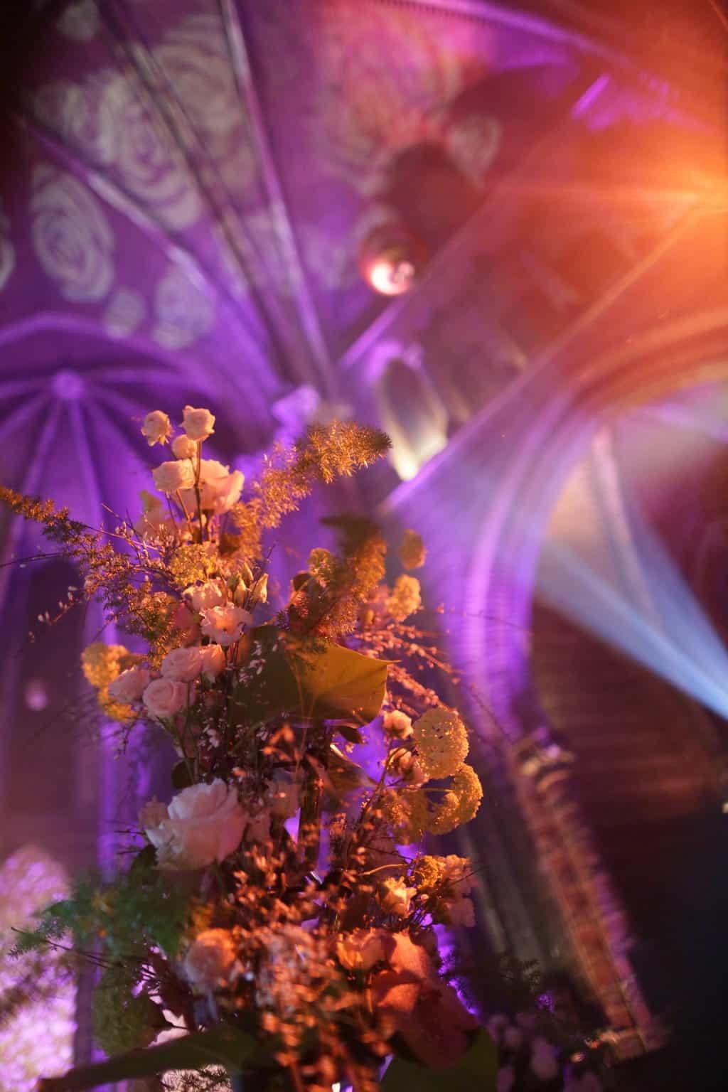 Wedding en Planning | weddingplanner | trouwen in de Vondelkerk | Walkingdiner en feest | winterwedding | trouwen en feesten in een kerk | trouwen in amsterdam | flowerwall | rozenwand | fotocredits Karen Kaper.jpg
