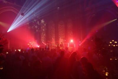 Wedding en Planning | weddingplanner | trouwen in de Vondelkerk | huwelijksfeest | winterwedding | trouwen en feesten in een kerk | trouwen in amsterdam | flowerwall | rozenwand | fotocredits Karen KaperJPG