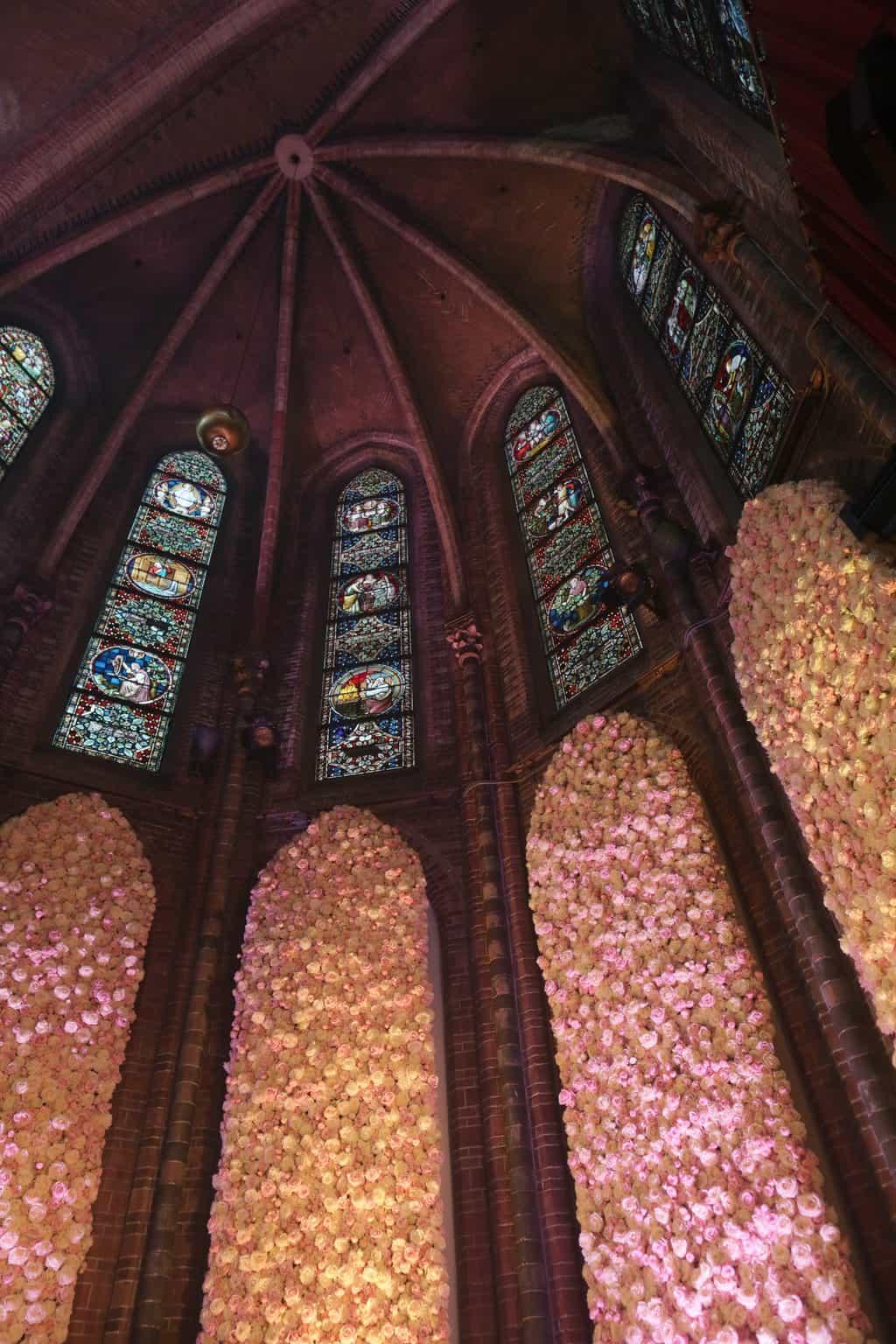 Wedding en Planning | weddingplanner | trouwen in de Vondelkerk | winterwedding | trouwen en feesten in een kerk | trouwen in amsterdam | flowerwall | rozenwand | fotocredits Karen KaperJPG