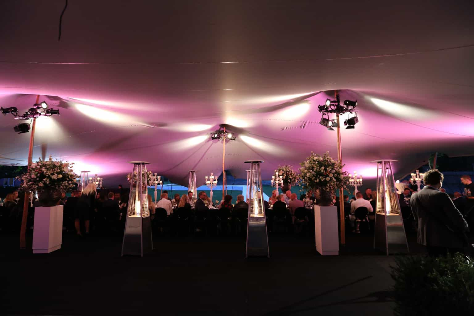 Sitdown diner in een tent, Kasteel de Hoogenweerth, wedding en planning, weddingplanner