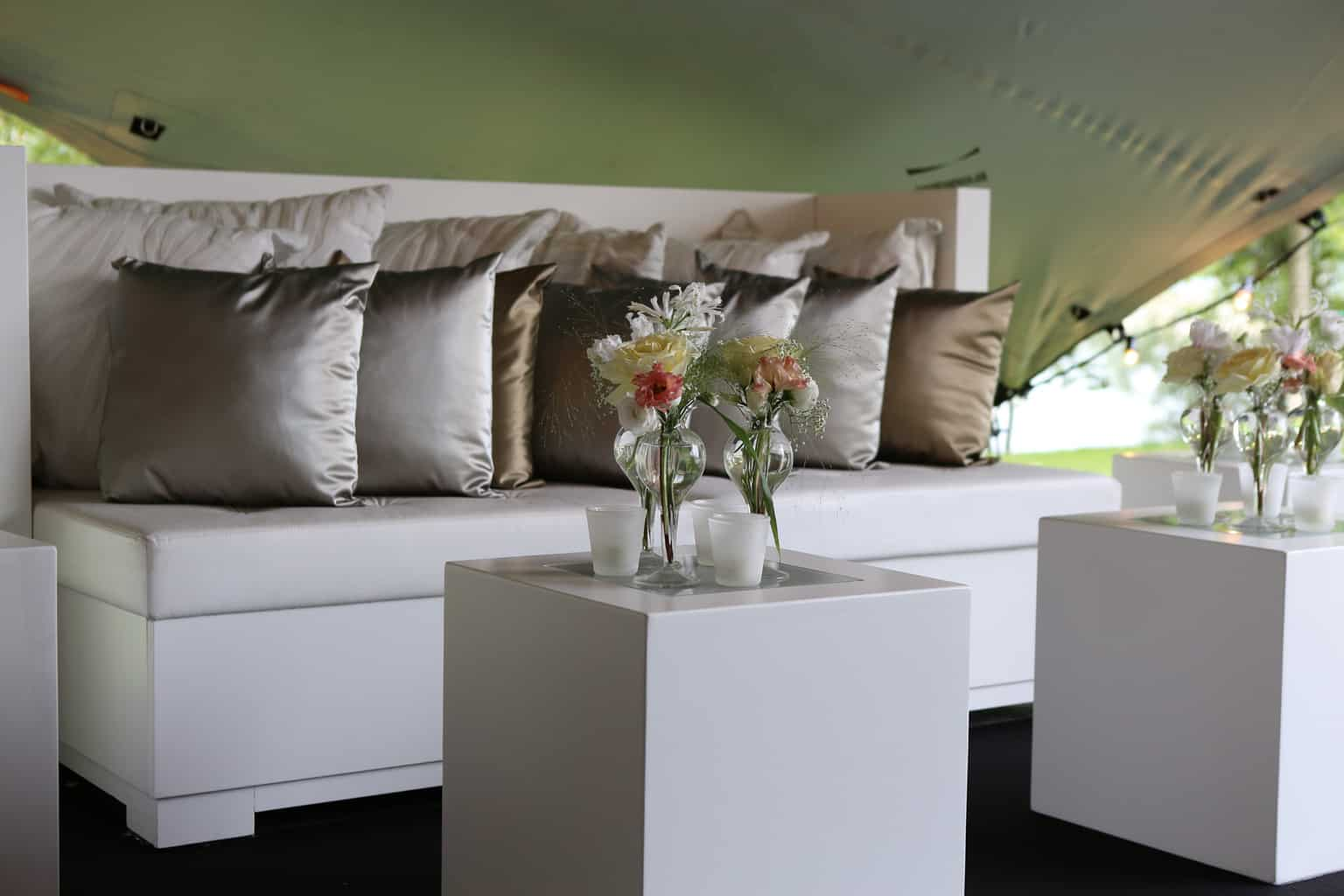 Loungen in een tent op je huwelijk, trouwen, bruiloft regelen, wedding en planning, weddingplanner