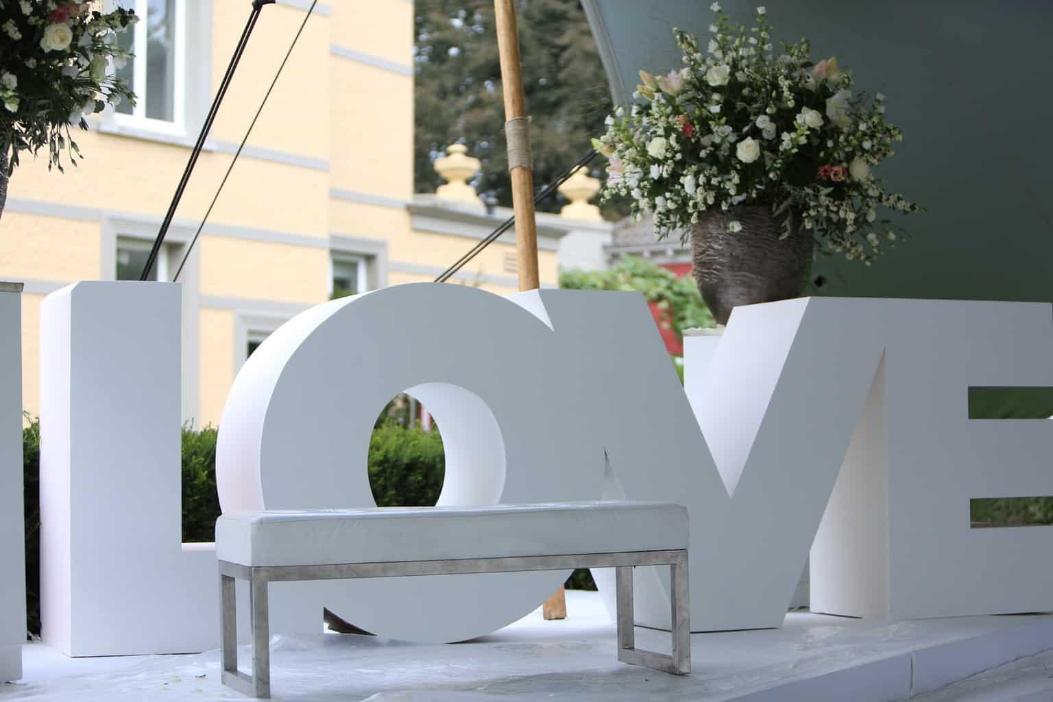 LOVE,De loper voor de bruid, Langste loper voor de bruid,Welkom diner in de tent van Kasteel de Hoogenweerth,Loungen in een tent op je huwelijk, trouwen, bruiloft regelen, wedding en planning, weddingplanner
