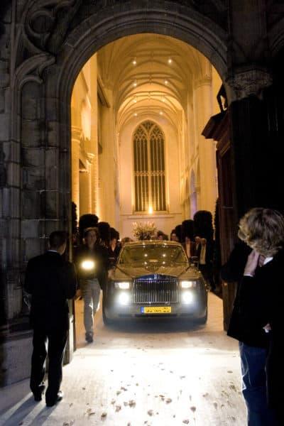 Met de Rolls Royce de kerk weer verlaten, wedding en planning, Weddingplanner, fotocredits Sjouke Dijkstra