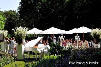 Buiten trouwen,Champagne na de huwelijksceremonie,wedding en planning, weddingplanner, foto Pander en Pander