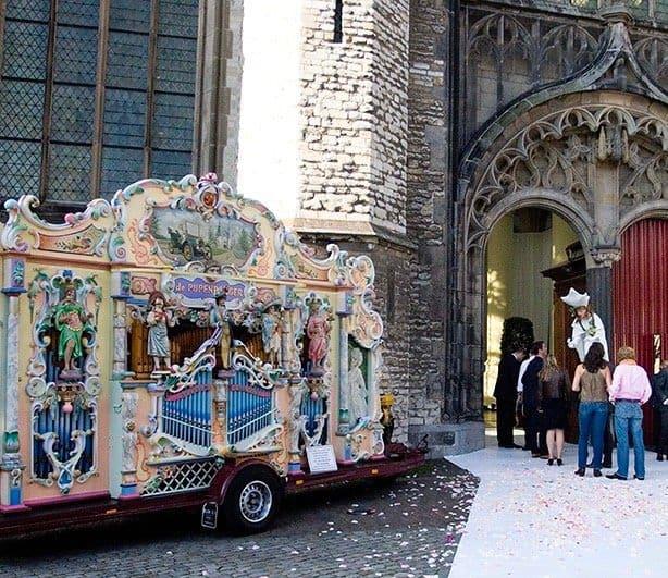 Een Draaiorgel bij het ontvangst van de bruiloftsgasten, Trouwen in Leiden, Wedding en Planning, Weddingplanner, fotocredits Sjouke Dijkstra.