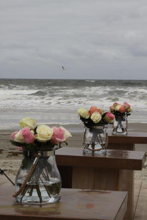 Bloemen trouwen op het strand, wedding en planning, weddingplanner, foto Evert Doorn fotografie