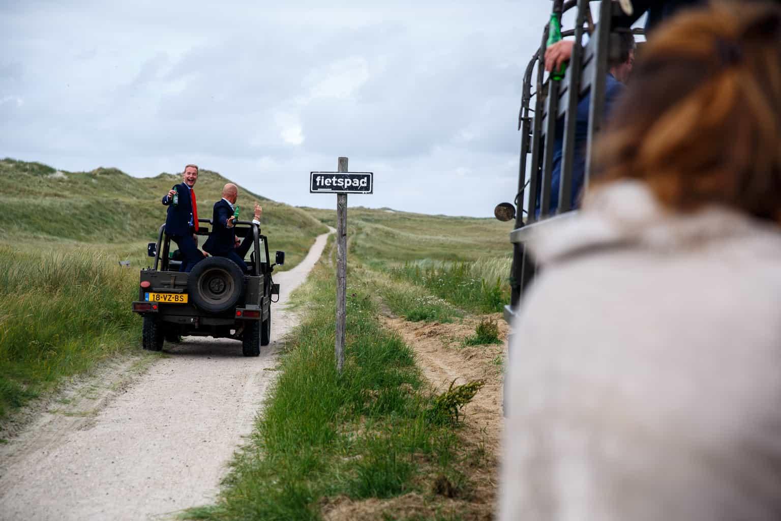 Vervoer van bruiloftsgasten, trouwen op Vlieland, wedding en planning, foto Evert Doorn, weddingplanner